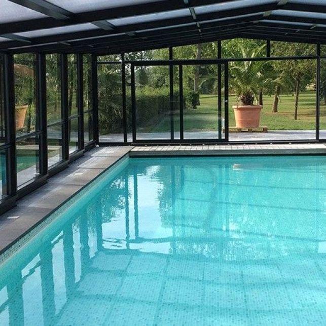 Un abri de piscine en aluminium thermolaqué