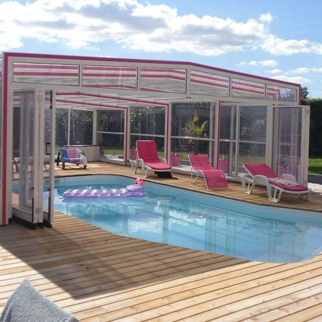 Un abri de piscine haut coloré en inox