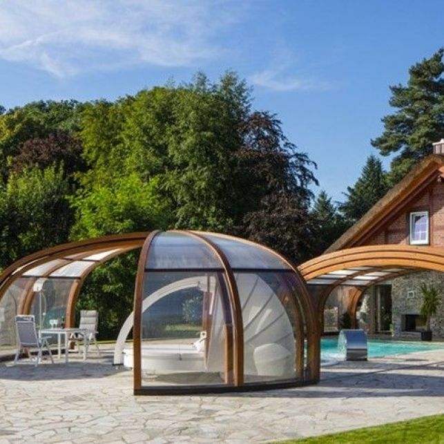 Un abri de piscine haut en bois de forme rotonde