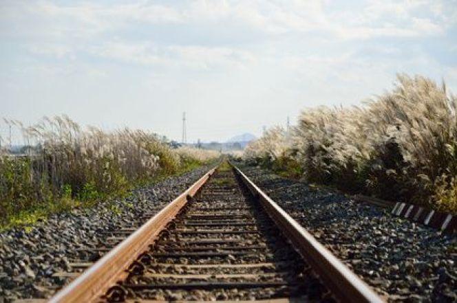 Acheter un terrain au bord d'un chemin de fer : bonne ou mauvaise idée ?