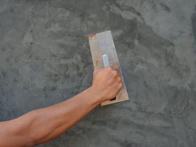 Appliquer un enduit taloché sur un mur