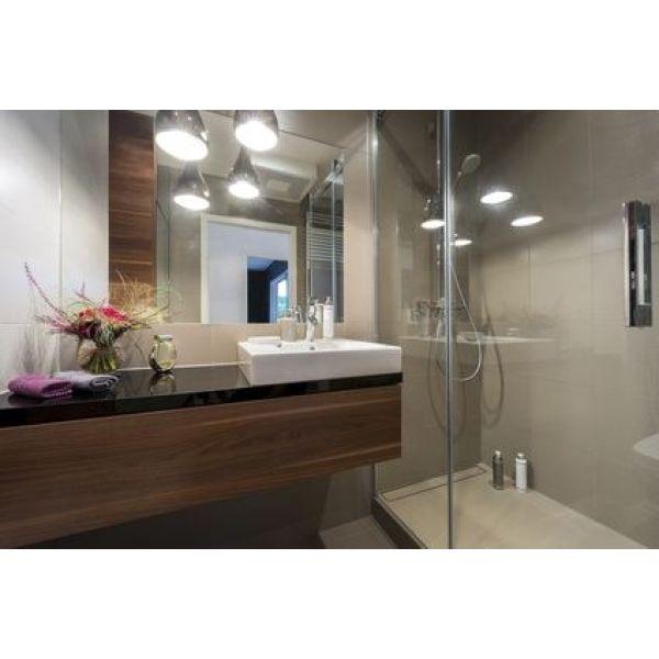 astuces pour apporter de la lumi re dans une salle de bains sans fen tre. Black Bedroom Furniture Sets. Home Design Ideas