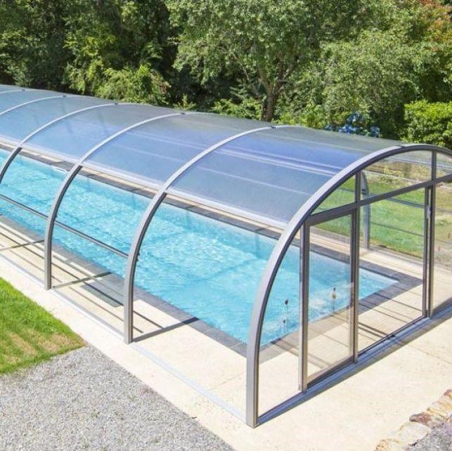 Un abri haut de piscine en aluminium avec ouverture en accordéon