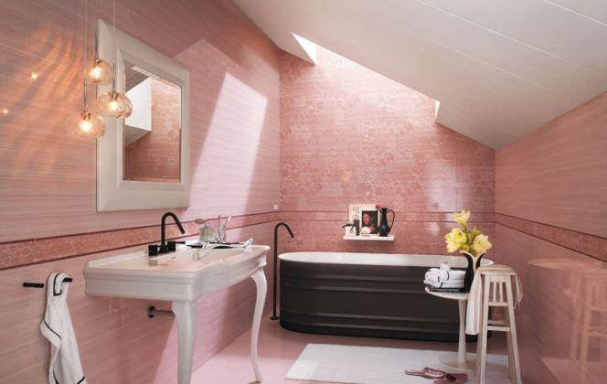Ce charmant carrelage rendra votre pièce très élégante avec son rose boudoir et ses motifs floraux. © FAP Ceramiche