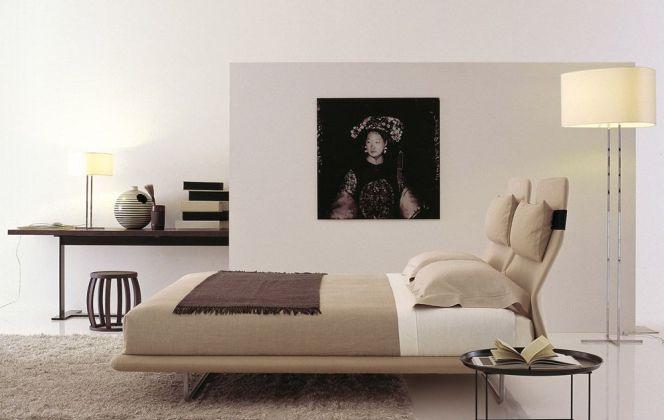 Cette chambre aux teintes beige et brun noyer aspire au calme et à la sérénité. © B&B Italia