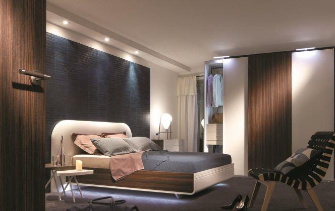 Les teintes pastels mêlées aux chêne et noyer naturels subliment cette chambre contemporaine. © CéLio