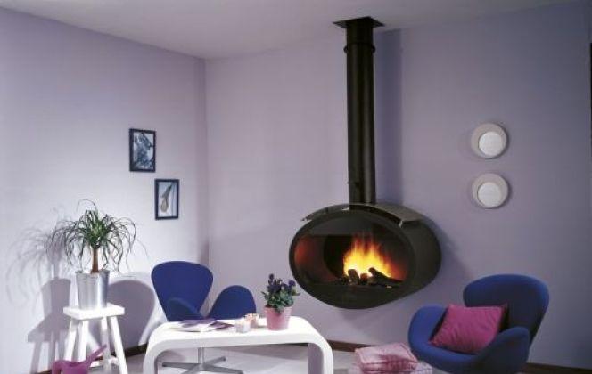 Cette ravissante cheminée en acier suspendue apportera une touche design à votre pièce. © Cheminées Philippe