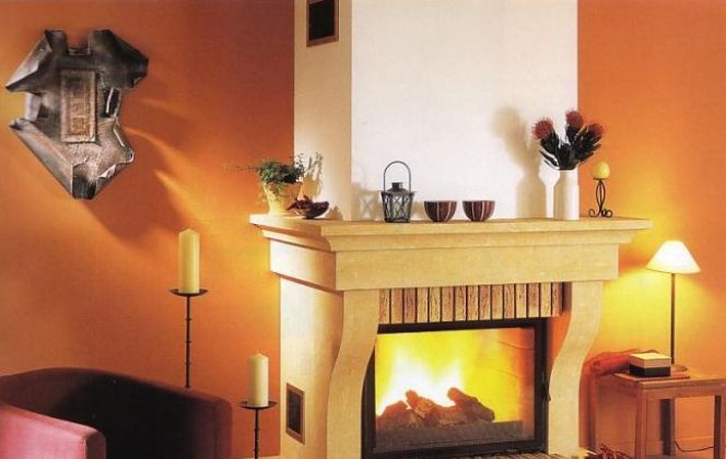 Cette cheminée conçue en pierre de Dordogne et briques vieillies apportera un charme d'antan à votre salon. © Godin