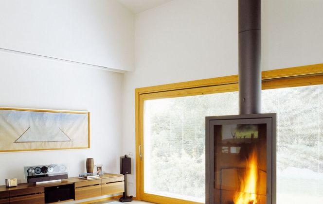 Ce modèle de cheminée ultra design réchauffera et embellira parfaitement votre pièce. © Focus Création