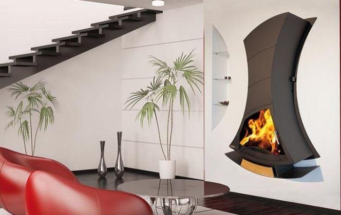 Simple, design et élégante, cette cheminée apportera une ambiance chaleureuse dans votre pièce. © Arkiane