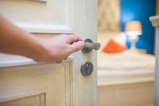Comment changer la poignée d'une porte ?