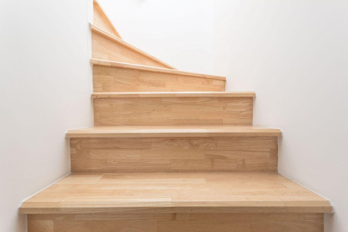 Poncage Escalier En Bois comment éclaircir un escalier en bois ?