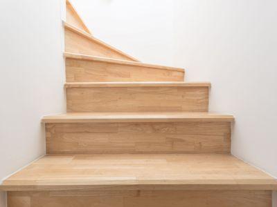Comment éclaircir un escalier en bois ?