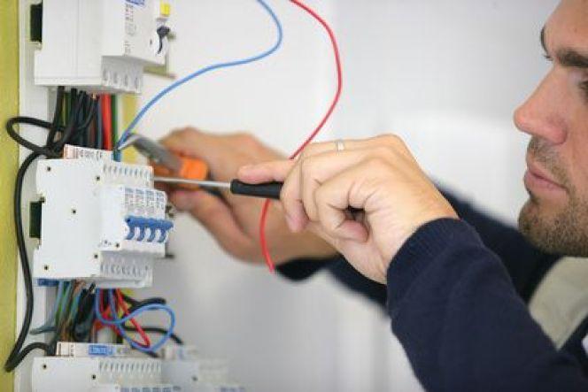 Comment mettre une ancienne installation électrique aux normes ?