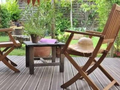 Comment nettoyer et raviver une terrasse en bois en 4 étapes ?