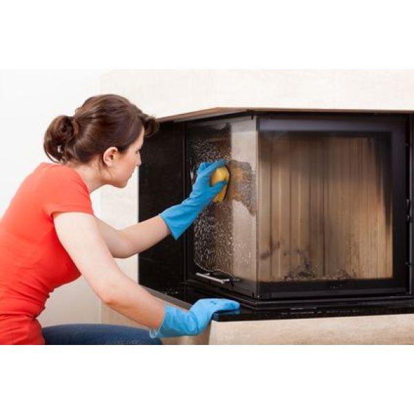nettoyer la vitre d'une cheminée