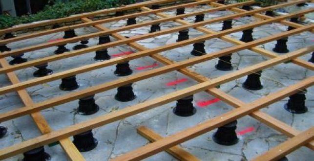 Construction d'une terrasse : la pose des plots