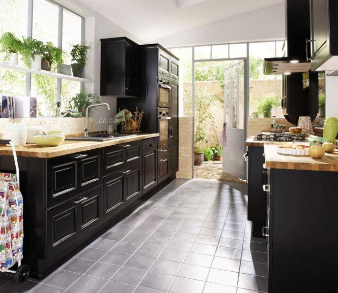 notre s lection des plus belles cuisines en bois cuisine noir en bouleau massif lapeyre. Black Bedroom Furniture Sets. Home Design Ideas