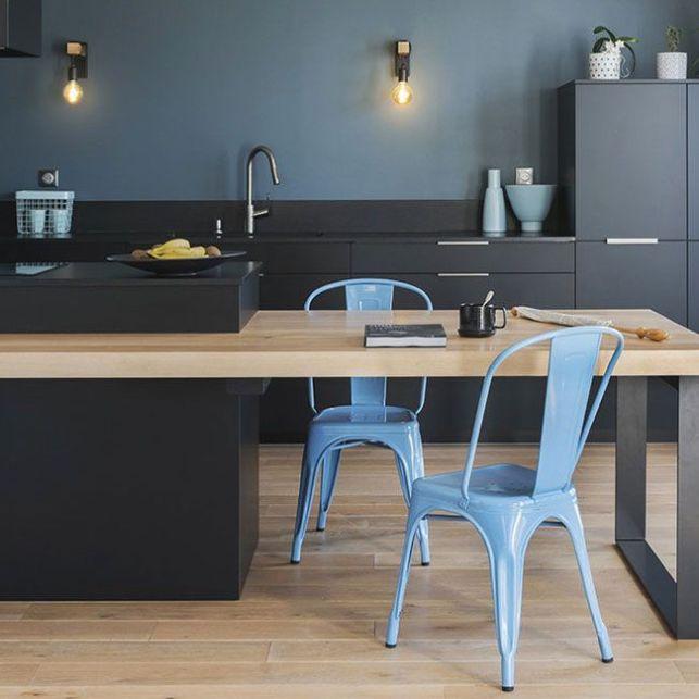 Une cuisine noire et bleue