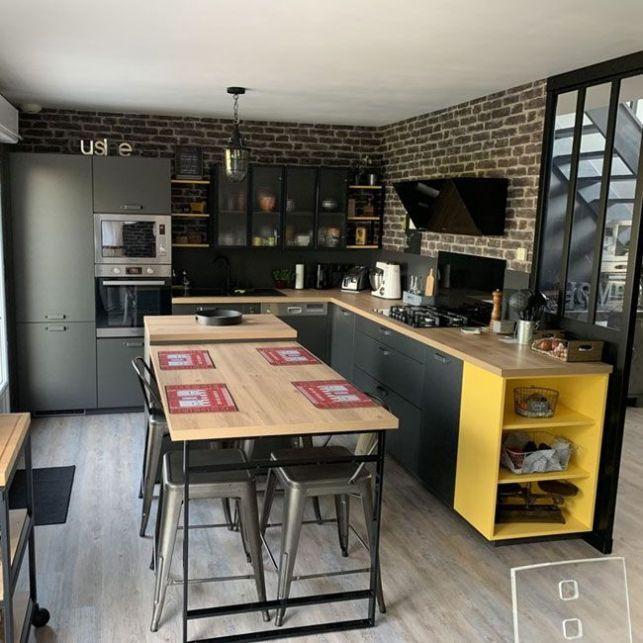 Une cuisine noire et jaune industrielle