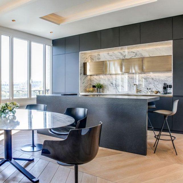 Une cuisine luxueuse en noir et marbre blanc
