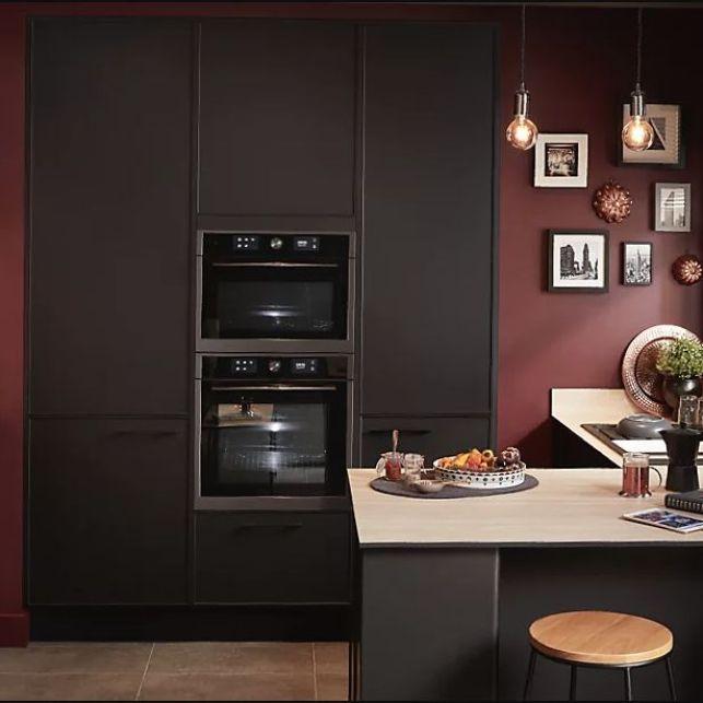 Une cuisine noire et rouge moderne