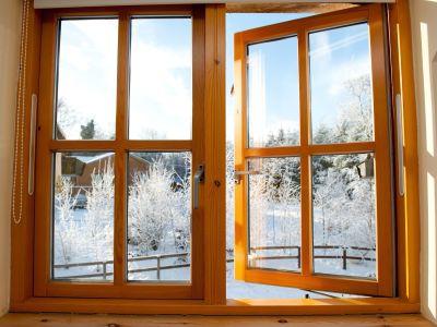 Décapage et ponçage d'une fenêtre en bois
