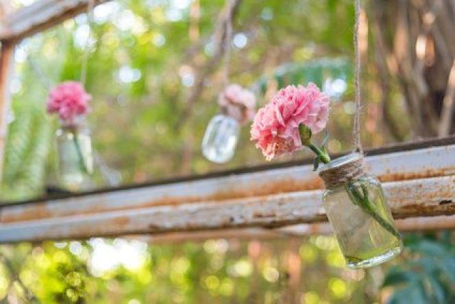 Déco: la tendance récup' et DIY, ici des fleurs en bocaux suspendus