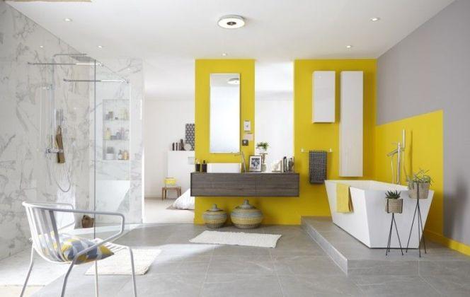 Des touches de jaune pour cette salle de bain épurée. © Leroy Merlin