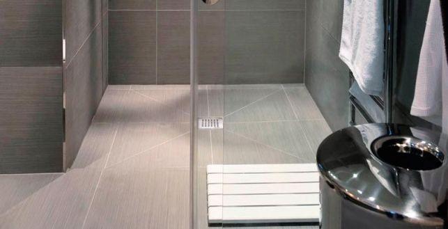 Douche à l'italienne avec un revêtement en carrelage