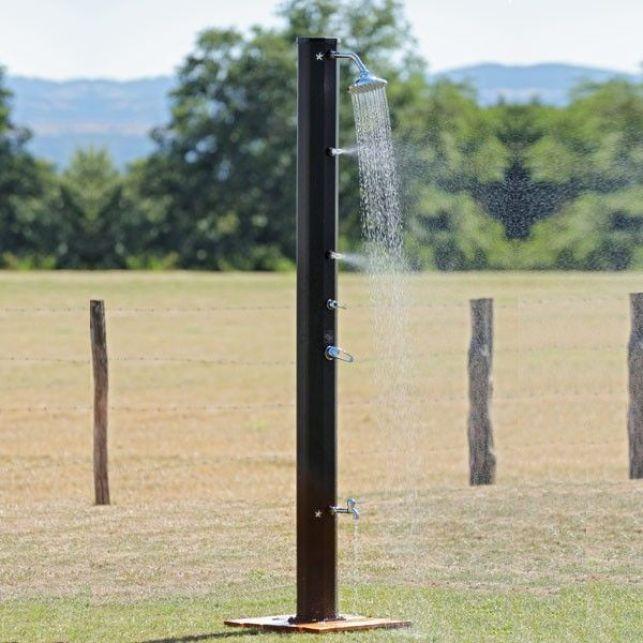 Avec ses nombreux équipements, cette douche de jardin offre des moments de rafraichissement amusants