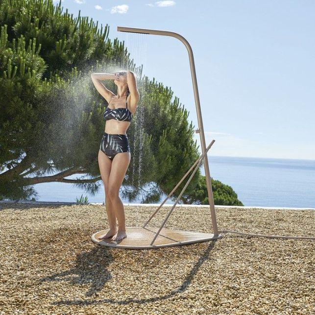 La douche de jardin Pasaia apportera du style à vos abords de piscine