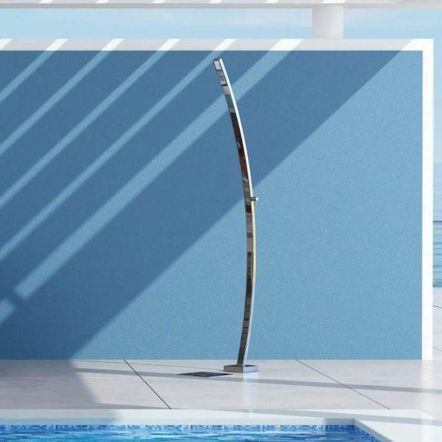 Simple et élégante, cette douche de jardin vous rafraichira pour longtemps