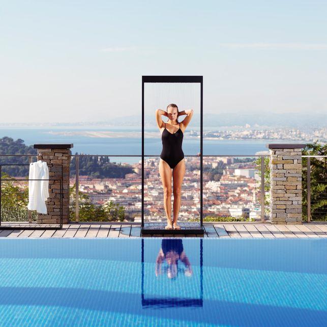 Design et graphique, cette douche de jardin structurera votre terrasse