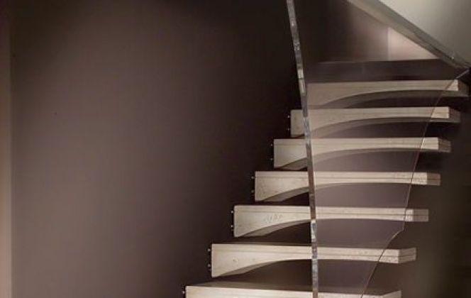 L'association du bois et du verre de l'escalier Aile de Mouette le rend à la fois design et très noble. © Marretti