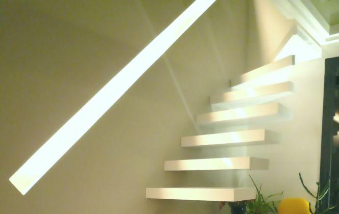 Cet escalier à la fois futuriste et épuré apportera un véritable charme à votre pièce. © SNBV