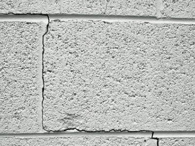 Fissures inquiétantes dans un mur en parpaing