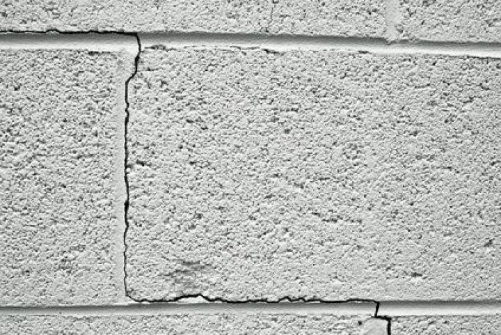 Fissures Inquietantes Dans Un Mur En Parpaing