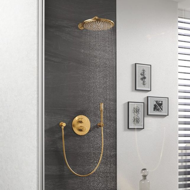 L'élégance d'une douche encastrée dorée