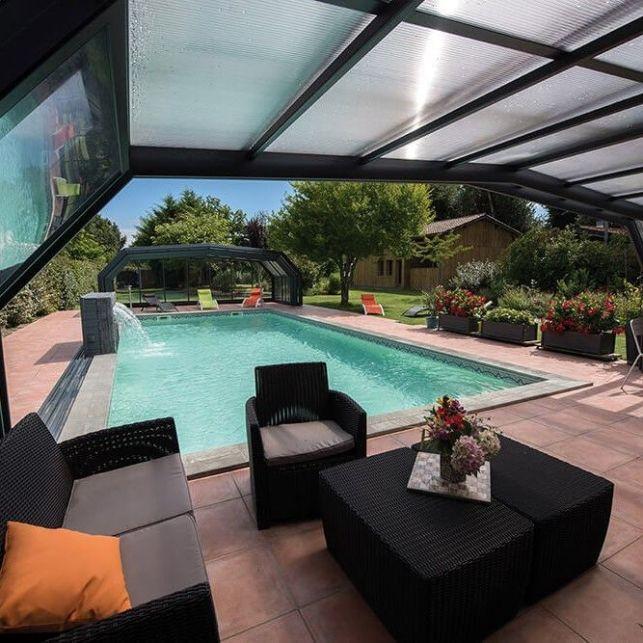 Un abri de piscine haut angulaire modulable