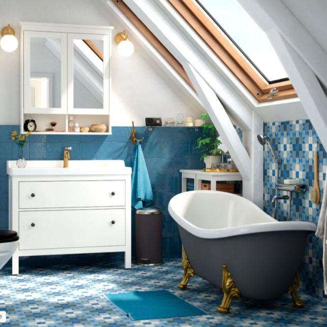 Une salle de bain colorée et luxueuse sous les combles