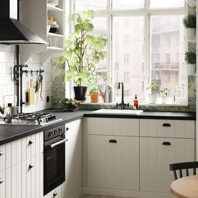 Une cuisine en angle blanche et noire cosy