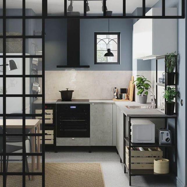 Une cuisine en angle bleue semi-ouverte