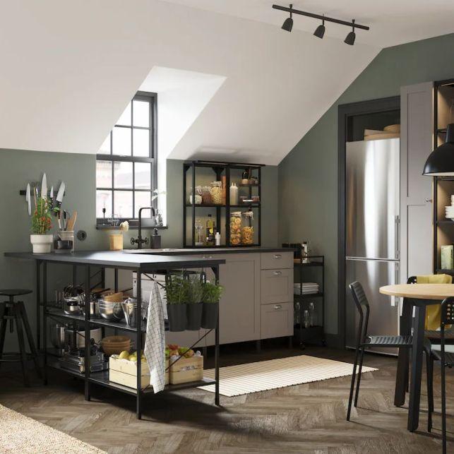 Une cuisine en angle moderne, colorée et ouverte