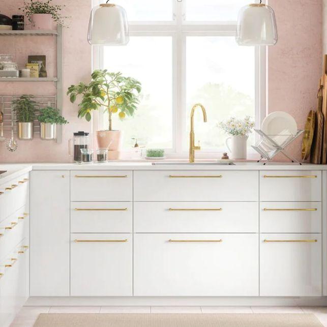 Une cuisine en angle fermée et colorée