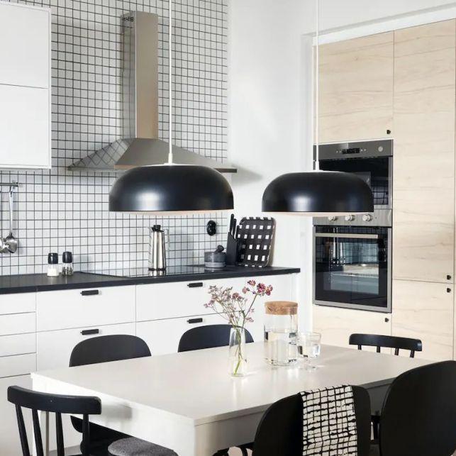 Une cuisine en angle fonctionnelle bois, noire et blanche