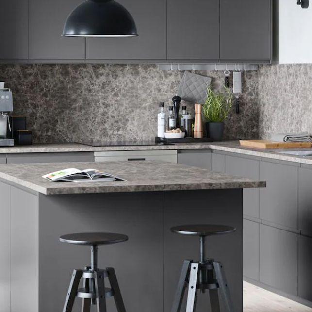 Une cuisine en angle grise et contemporaine avec îlot central