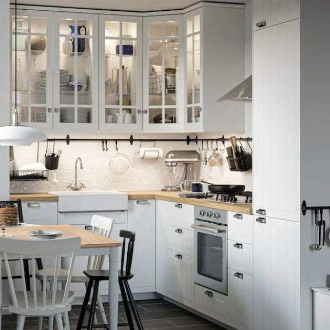 Une cuisine en angle blanche dans un style traditionnel