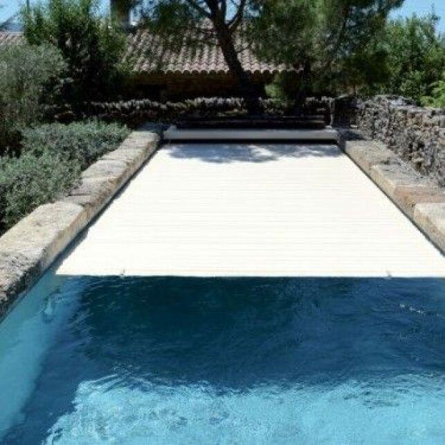 Un volet de piscine immergé intelligent