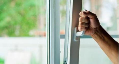 "Ouverture d'une fenêtre oscillo-battante<span class=""normal italic"">© Ruslan Solntsev - Fotolia.com</span>"